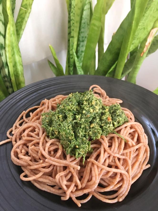 Pesto de hojas de zanahoria con pasta